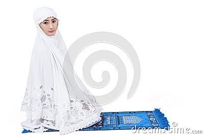 De aantrekkelijke moslimvrouw bidt - geïsoleerd