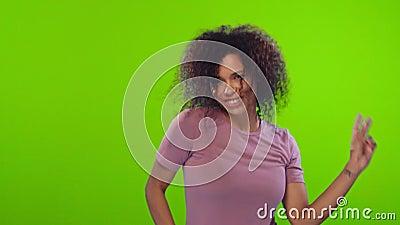 De actieve geactiveerde Afro-vrouw danst en heeft pret voelt geamuseerd en vrolijk stock videobeelden