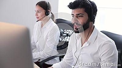 De Agent Consulting Customers Online van het contactcentrum stock footage