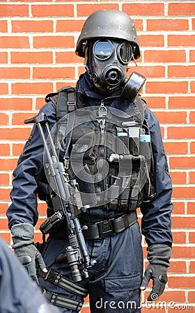 De ambtenaar van de MEP met machinegeweer