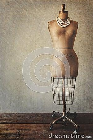 De antieke kledingsvorm met wijnoogst ziet eruit