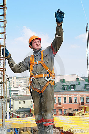 De arbeider van de bouwer bij bouwwerf