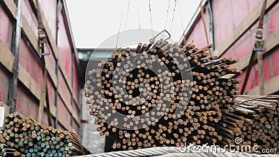 De arbeiders die een kraan met behulp van maken een bundel van staalstaven leeg stock videobeelden