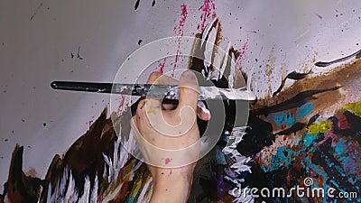 De artistieke ontwerper trekt een arend op de muur Schrift voor ambachtslieden schildert een afbeelding met acryloliekleur Sluite stock video