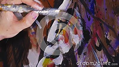 De artistieke ontwerper trekt een arend op de muur Schrift voor ambachtslieden schildert een afbeelding met acryloliekleur Sluite stock footage