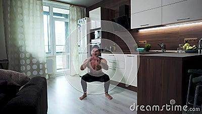 De atleet oefent oefeningen uit voor quadriceps in een huis isolatiemilieu stock videobeelden