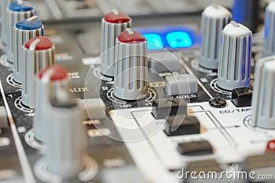De audio knoppen van de mixerraad