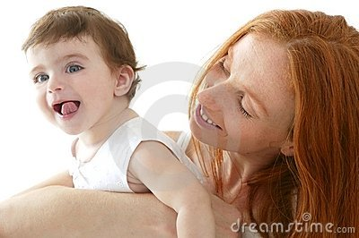 De baby en het mamma in liefde koesteren wit