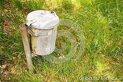 De bak van het huisvuil in het gras