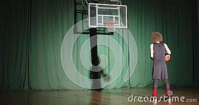 De basketbalspeler kijkt krullend naar de mand en stelt vast dat de bal alleen maar vertrouwt dat de schaduwlichtbundel groen spe stock videobeelden