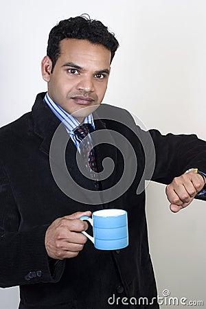 De beklemtoonde Indische stafmedewerker neemt een koffiepauze