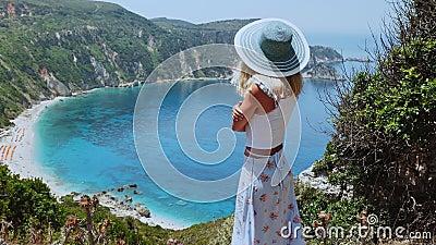 De belles femmes blondes avec chapeau de soleil profitant d'une superbe plage en vacances sur l'île de Kefalonia, Grèce Un mode d clips vidéos