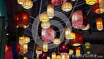 De belles lanternes colorées accrochées au plafond du marché flottant du rez-de-chaussée dans le centre commercial Iconsiam banque de vidéos