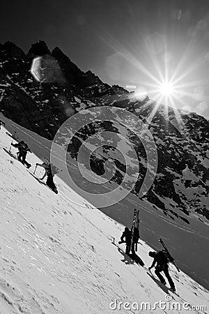 De berg van de winter het beklimmen