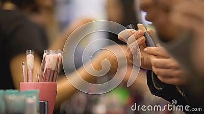 De bezoekers die van de schoonheidstentoonstelling samenstellingsproducten, kopers kiezen die in wandelgalerij winkelen stock footage