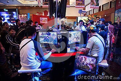 De bezoekers die Videospelletjes spelen bij Indo-Spel tonen 2013 Redactionele Stock Foto