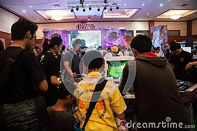 De bezoekers die Videospelletjes spelen bij Indo-Spel tonen 2013 Redactionele Stock Afbeelding