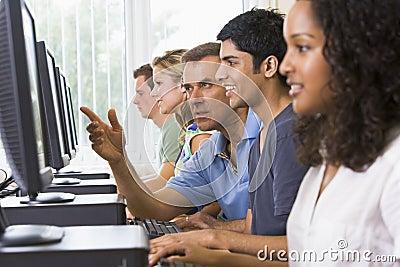 De bijwonende student van de leraar op computers