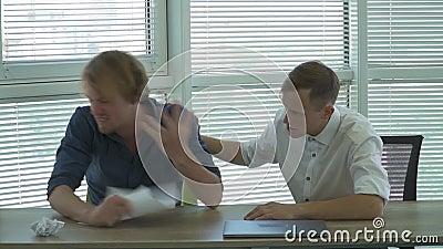 De blonde zakenman in het bureau is boos en droevig stock footage