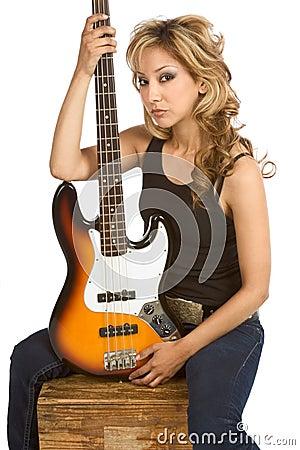 De blonde zitting van de de vrouwengitarist van Latina op doos
