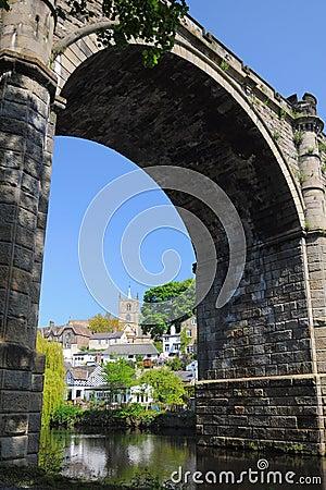 De boog en het kasteel van de brug in Knaresborough, Yorkshire