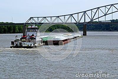 De boot van de sleepboot en korrelaak
