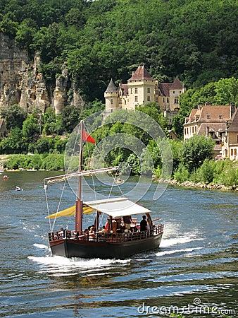 Boot die onderaan dordogne voorbij la roque gageac, frankrijk kruist
