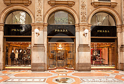 De boutique van Prada in Milaan Redactionele Stock Afbeelding