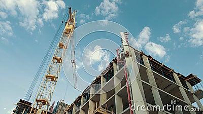 De bouw van het gebouw is bijna voltooid aangezien het dak is voltooid stock videobeelden