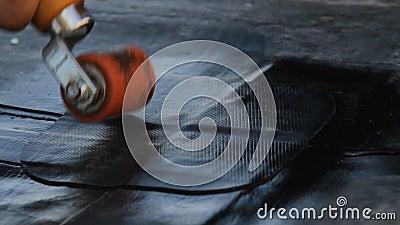 De Bouwer verbergt het dakepdm membraan PVC-P EN TPO FPO stock video