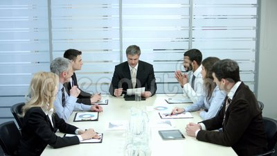 De boze werkgever scheurde contracten stock video