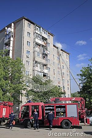 De brand-brigade dooft een brand in flatgebouw
