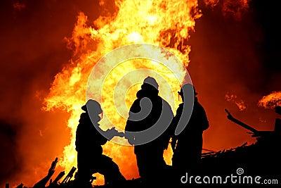 De brandweerlieden silhouetteren