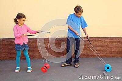 De broer en de zuster spelen met jojostuk speelgoed