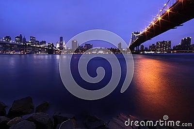 De Brug van Brooklyn en de Horizon van Manhattan bij Nacht NYC