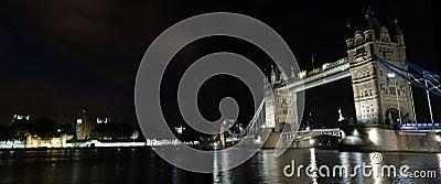 De brug van de toren bij nacht