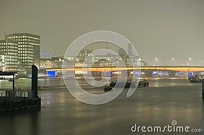 De Brug van Londen bij Nacht
