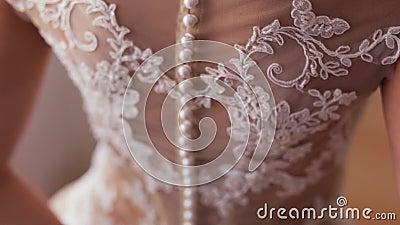 De bruid in Witte Huwelijkskleding houdt een Boeket stock videobeelden