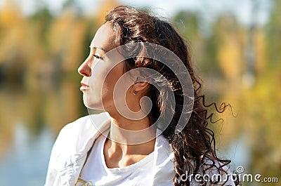 De brunette bij de zon