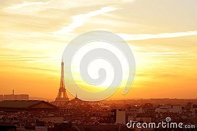De buurt van Parijs bij zonsondergang