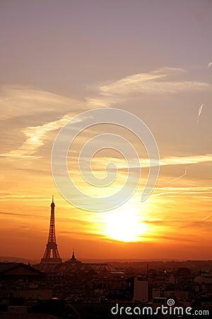De buurt van Parijs effel bij zonsondergang