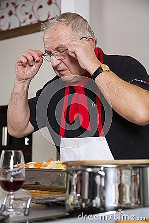 De chef-kok controleert het recept