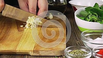 De chef-kok snijdt het knoflook Mes, Hakbord, knoflook Snel knipsel van groenten Knoflook Knoflook voor het braden E stock footage