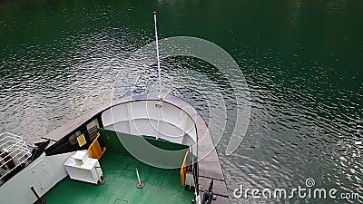 De close-up van de veerbootboog Aankomst van veerboot aan pijler stock video
