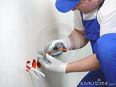 De contactdoosinstallatie van de muur