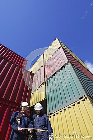 De containers van de lading en dokarbeiders