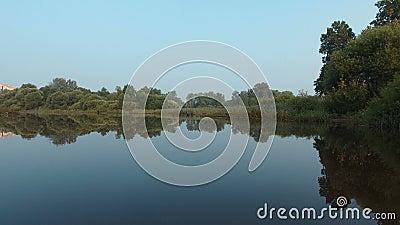 De dam na de regen op de rivier stock videobeelden