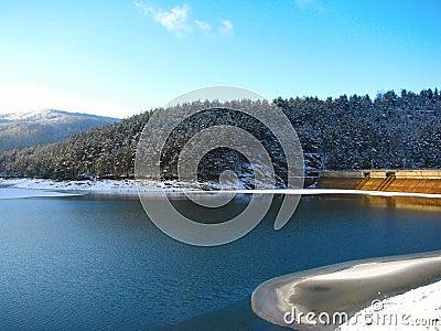 De dam van Valiug op de winter