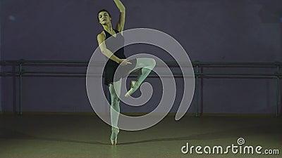 De danser voert een Arabesque uit stock videobeelden