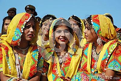 De de schoolmeisjes van Rajasthani treffen om prestaties bij Pushkar kameelmarkt te dansen voorbereidingen Redactionele Fotografie